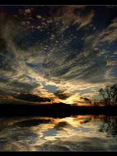 Фотографическая заставка восходящего солнца в разрешении 240 на 320 пикселей